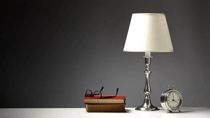 Лампа с матовым абажуром – удобное решение для рабочего места в доме
