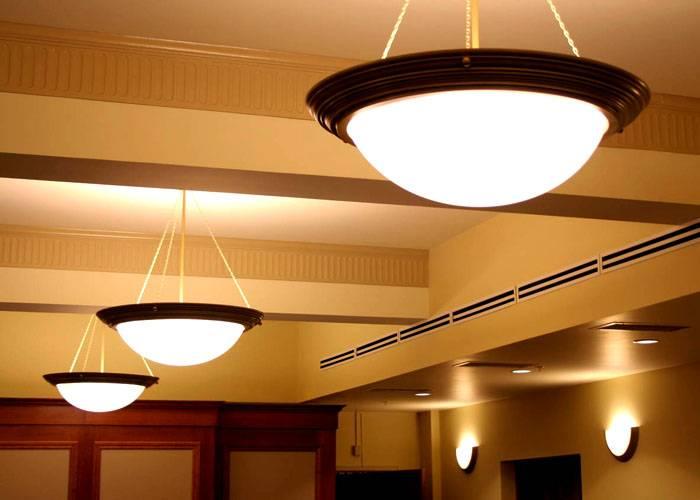 В едином стиле можно установить подвесные и настенные светильники