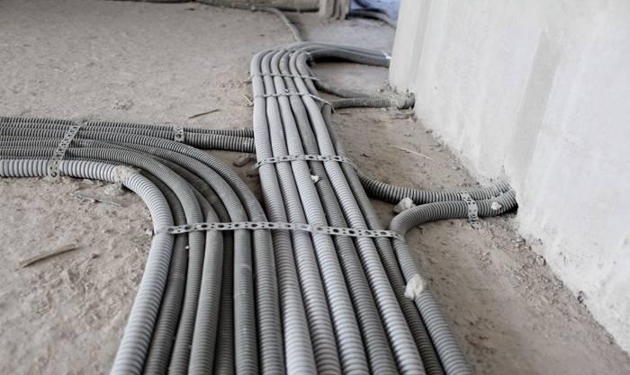 Гофротрубы позволяют проложить проводку с изгибом в девяносто градусов