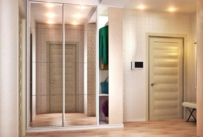 Шкаф с большим зеркалом «удвоит» размеры помещения