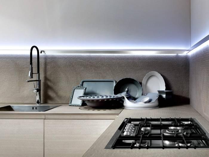 Для подсветки кухонного фартука обычно используют ленты SMD с защитой от влаги тёплого белого цвета