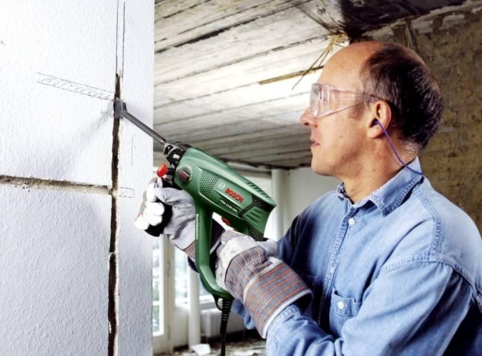 Гофрозащиту можно уложить в штробы в стене и заштукатурить
