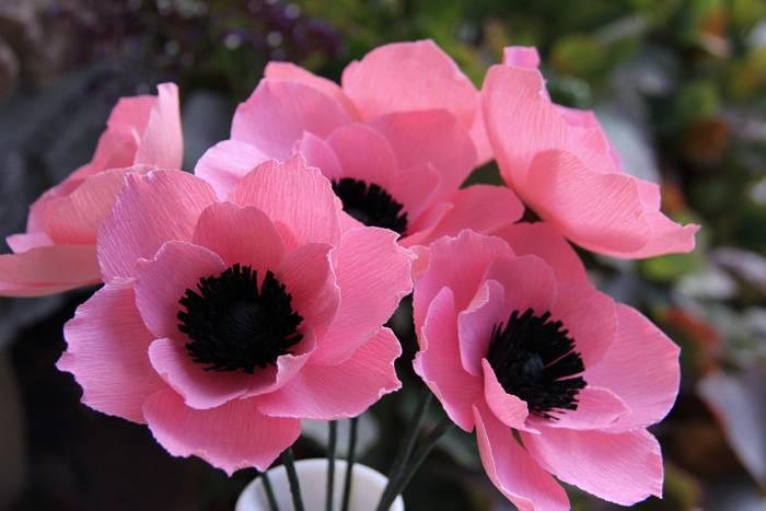 Из гофроматериала можно изготовить практически любой цветок