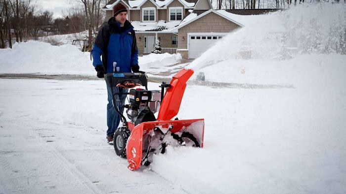 Уборка снега на участке перед домом