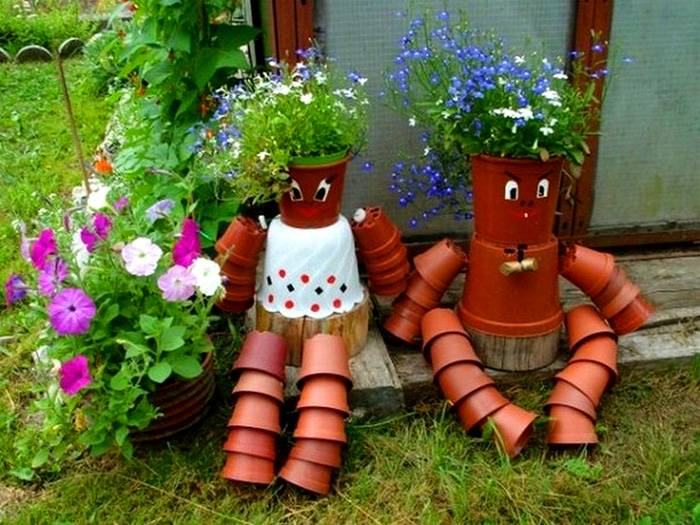 Забавные фигурки из горшков и деревянных пеньков