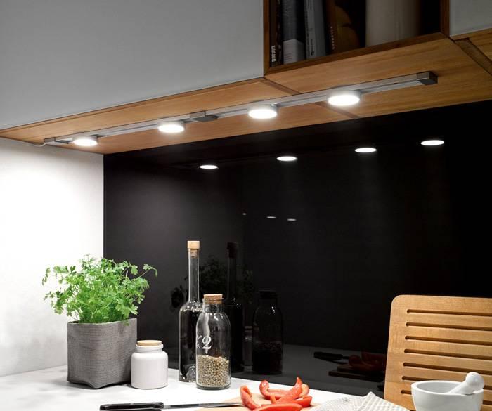 Очень удобно, если источники света расположены под навесными шкафами