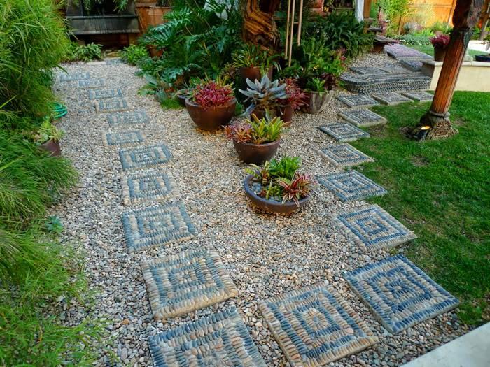 Из мелких камней можно составить самые необычные узоры