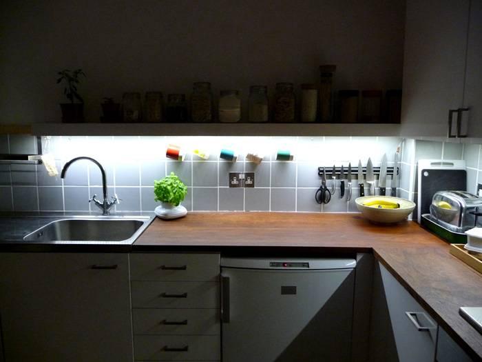 Светильники под шкафом комфортно освещают рабочую поверхность