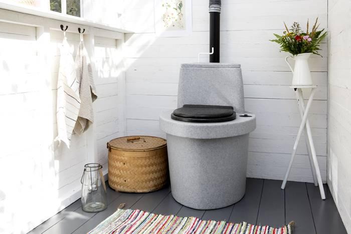 Дизайнерские способности могут превратить туалет в частном доме или на даче в настоящее произведение искусства и уюта
