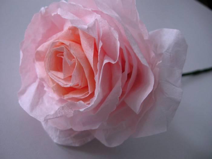 Роза из гофробумаги – красивый и нежный цветок