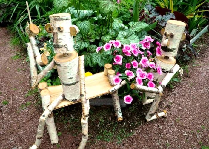 Разнообразные фигурки из деревянных чурбанов, бутылок и деревянных бочек