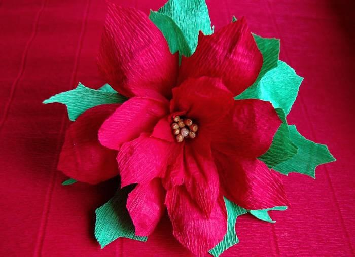 Для изготовления рождественской звезды используют красную или жёлтую гофробумагу