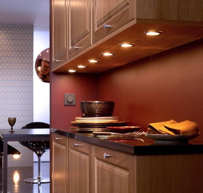 Встроенные светильники под кухонными шкафчиками
