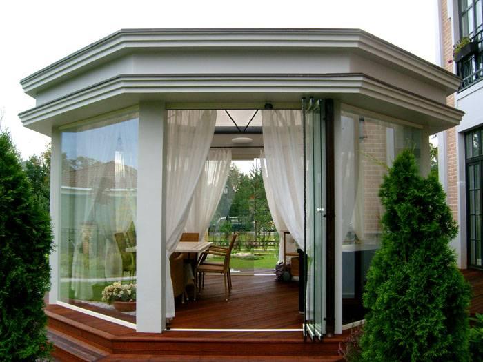 Такие строения отличаются чёткими формами, лаконичным дизайном. Навесы могут иметь четыре или шесть стен и простую крышу