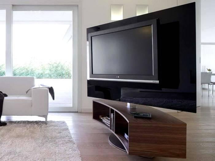 Тяжелый блок телевизора с декоративным экраном установлен на прочной оси