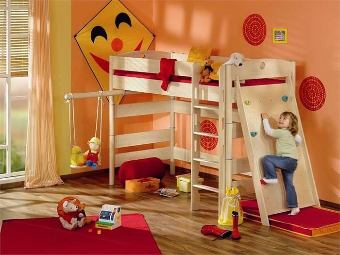 Если в комнате мало места, можно совместить спортивные снаряды с мебелью