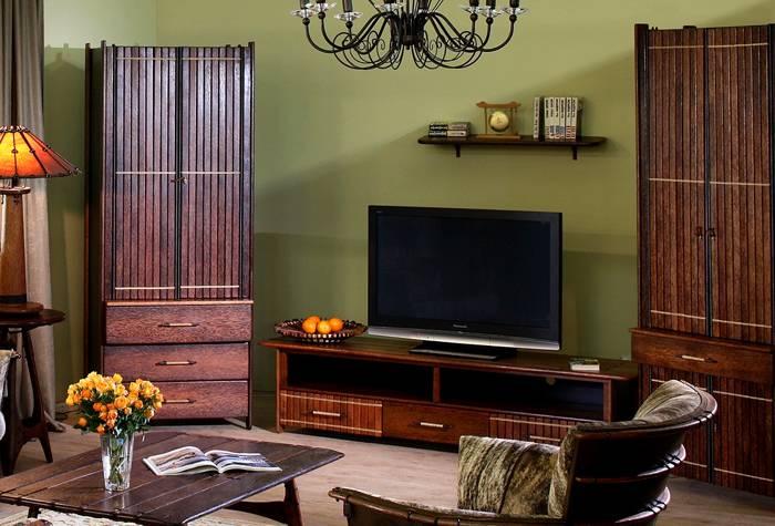 Эта подставка под аппаратуру и шкафы изготовлены в этническом стиле из массива пальмового дерева