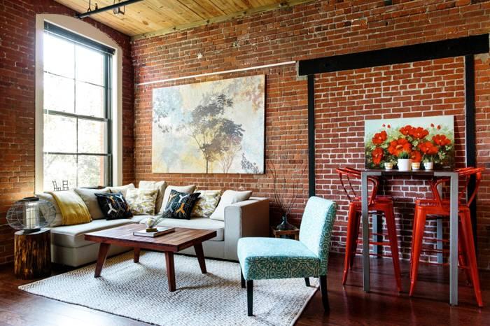 Сочетания стен и новой мебели, простого журнального столика и высоких модных стульев