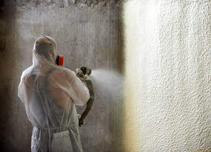 Нанесение пенополиуретана на стены
