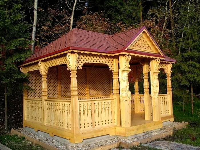 Резная деревянная конструкция может стать украшением участка
