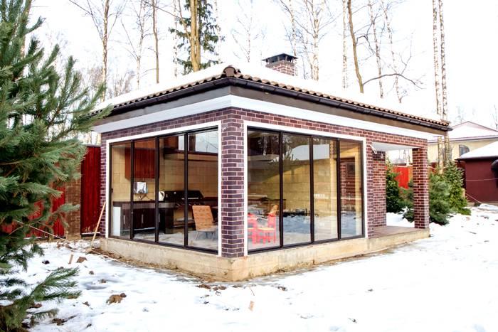 Для новогоднего ужина с шашлыками отлично подойдёт каменное строение. Если предусмотреть в нем систему дополнительного отопления – здесь можно приятно провести время с друзьями