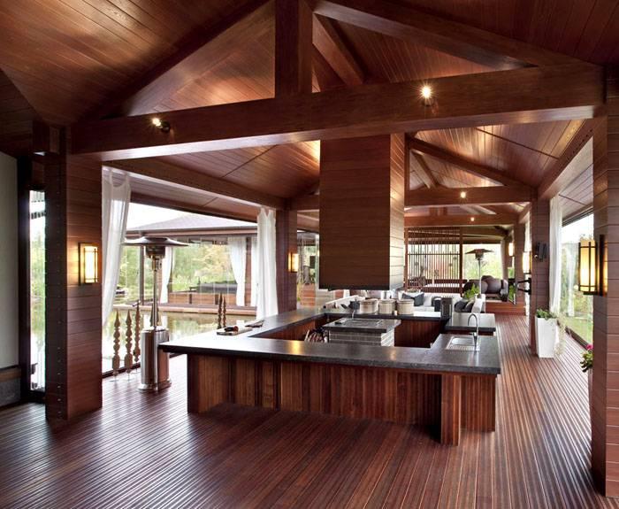 В этом варианте конструкции полы должны быть изготовлены из натурального камня или необработанной древесины. Самое строение отличается прочностью и добротностью