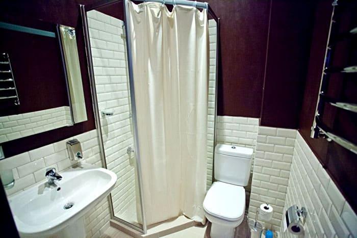 Место для широкой ванны не будет, но её вполне заменит современная душевая кабина с глубоким поддоном и функцией джакузи