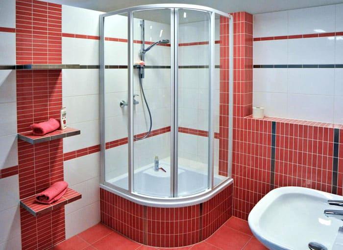 Душевая кабина с высокими бортиками успешно заменяет ванну