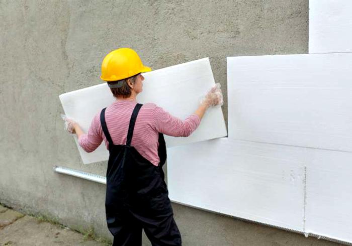 Лёгкость пенопласта позволяет выполнять работы самостоятельно