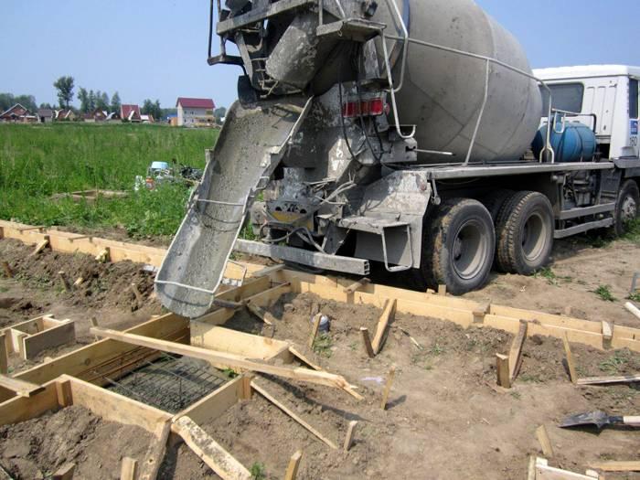 Заливка фундамента при помощи бетономешалки
