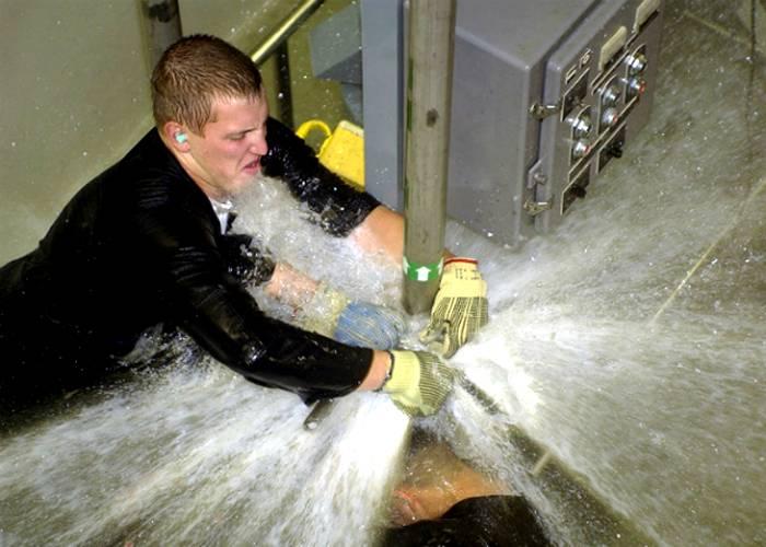 При разнице давления в бойлере и трубах включение воды может спровоцировать сильный гидроудар