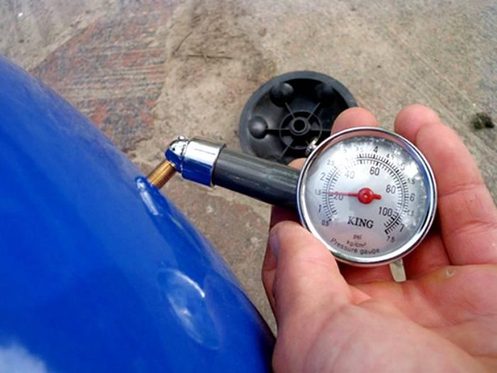 Стандартное давление в гидробаке до 60 л ─ 1,5 бар, максимально допустимое для большинства моделей ─ 10 бар
