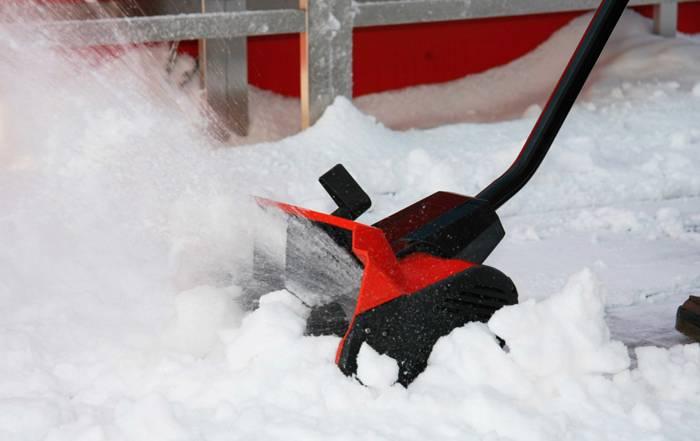 Для уборки снега устанавливается спираль, которая, вращаясь, отбрасывает снежный покров от дорожки