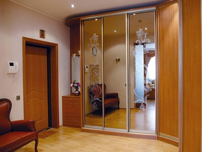 Дверные полотна с зеркалами, украшенными рисунком