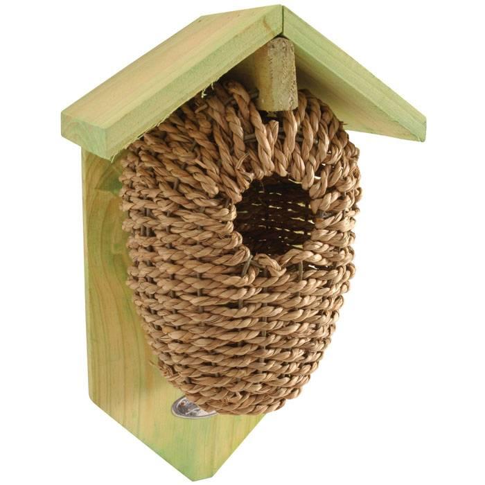 Такие птичьи домики будут гармонично смотреться в комплекте с садовой мебелью из ротанга или ивы