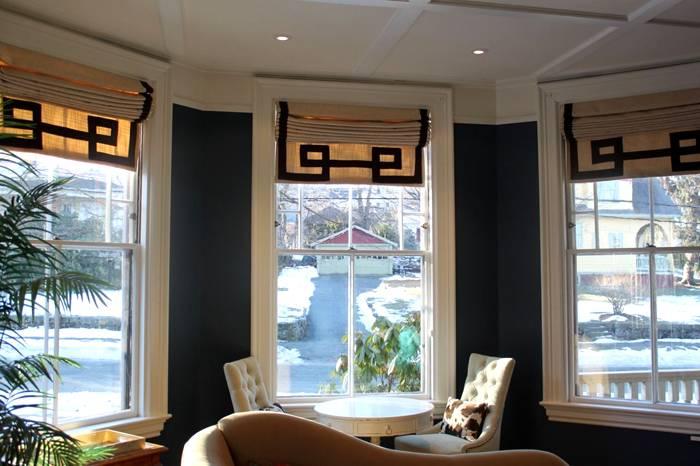 Стильный рисунок с геометрическим принтом дополняет дизайн всей комнаты