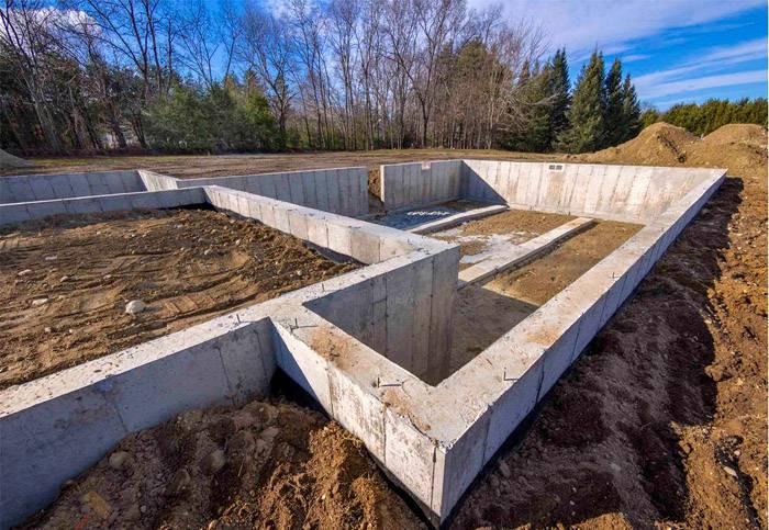 Сооружение имеет правильные геометрические формы и одинаковые высоту и ширину на всех участках