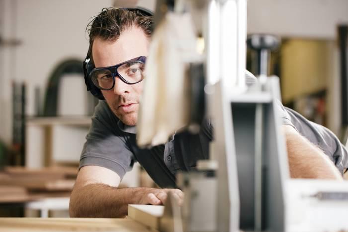 Для защиты глаз следует использовать специальные очки