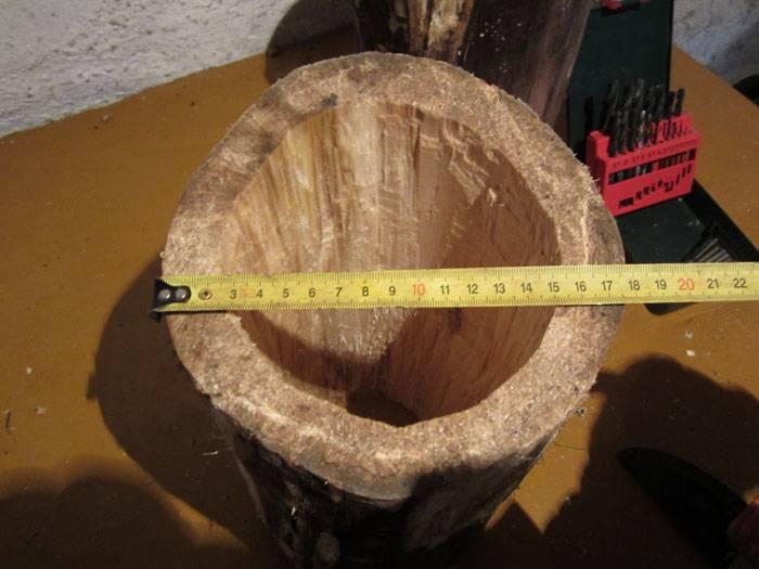 Долотом нужно выдолбить серединку полена, оставляя стенки толщиной три сантимера