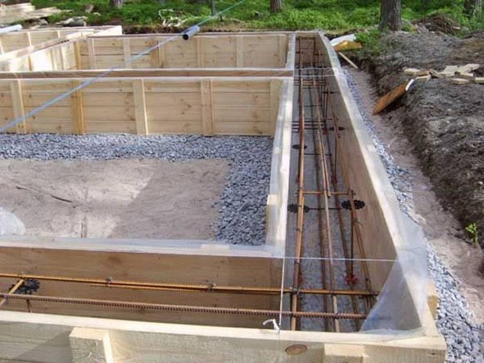 Перед тем, как собирать арматурное основание, необходимо установить опалубочные стенки. На дно траншеи укладывают слой гидроизоляции, чтобы предохранить металл от воздействия грунтовых вод