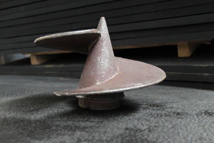 Литые наконечники справятся даже с каменистой почвой, их запас прочности выше, чем у самой трубы