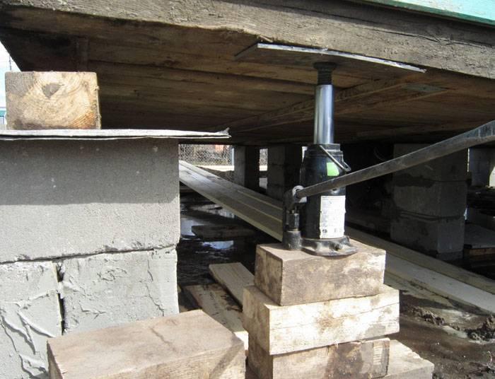 Прежде, чем выбрать тот или метод, необходимо изучить состояние конструкции и возможность её транспортирования на новое место или подъёма на домкратах. Ветхие здания могут не выдержать таких процедур