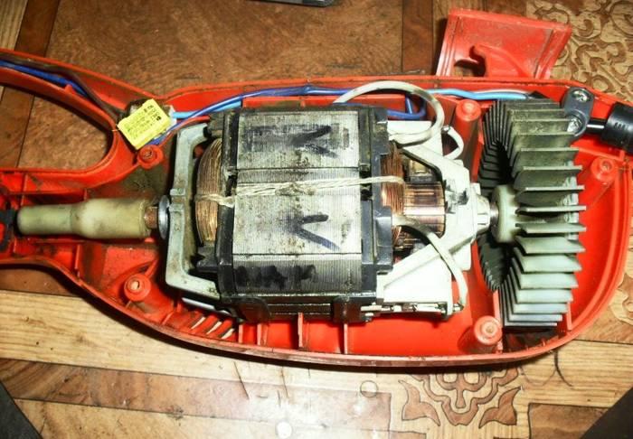 Более серьёзная поломка может быть связана со статором мотора. Его исправность проверяется мультиметром, подключённым к графитовым щёткам. В случае сгорания обмотки придётся искать новый двигатель