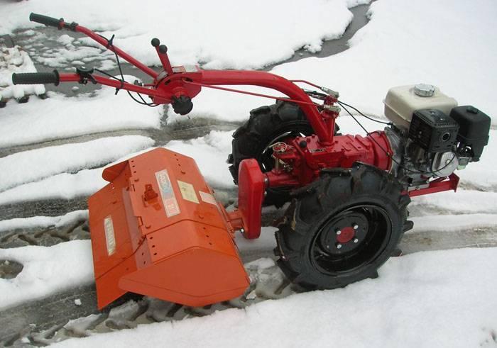 Агрегат с навесным оборудованием для уборки снега