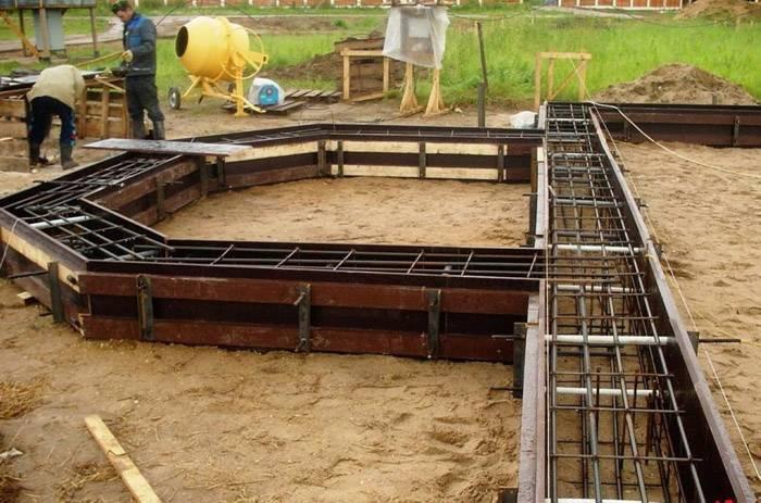 Для фундамента с бетонным ростверком используют винтовые, забивные или бурозабивные сваи