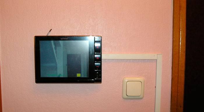Размещение экрана с кабелем питания внутри дома