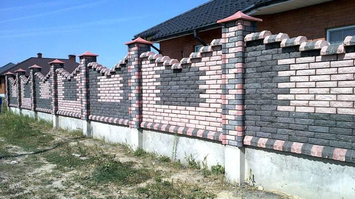 Если заказать строительство кирпичного забора профессиональным каменщикам, можно выбрать фигурную или орнаментную кладку