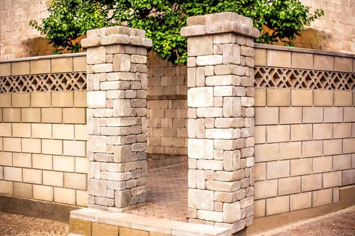 Хорошо выглядят столбы в кирпичном заборе, оформленные натуральным камнем. Такое сочетание придаёт конструкции солидный и основательный вид