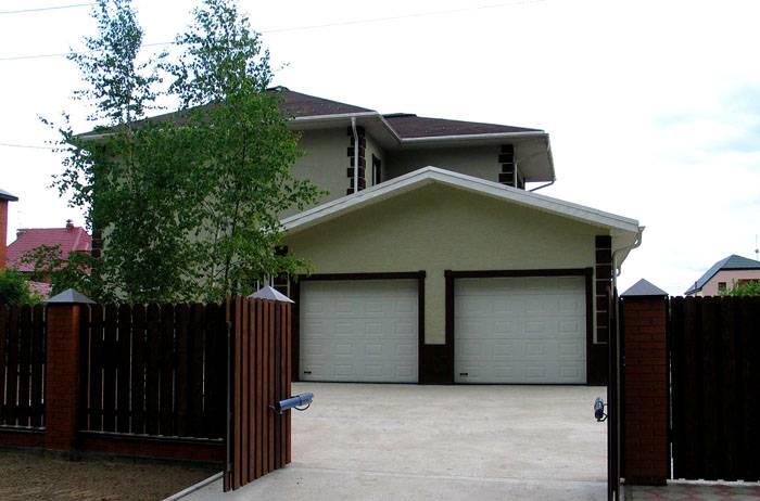 Если гараж находится в цокольном этаже, следует продумать размеры и покрытие площадки перед домом, на которой транспорту будет удобно развернуться при необходимости