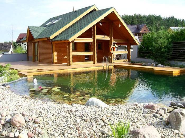 Неплохой вариант расположение постройки возле водоема